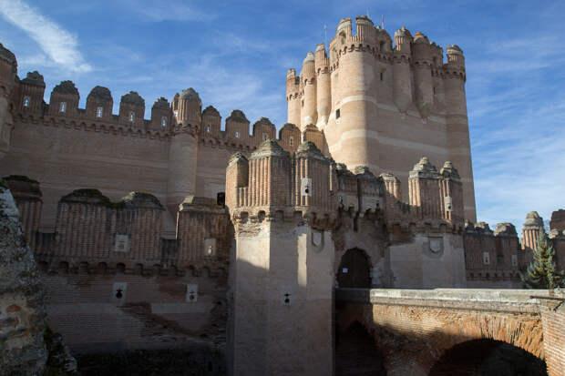 Замок усеян башнями и бойницами. /Фото:think-head.livejournal.com