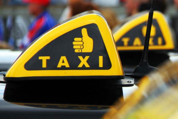 Возмутительно: водитель такси сделал из своей машины туалет, а «единицу» поставил мне