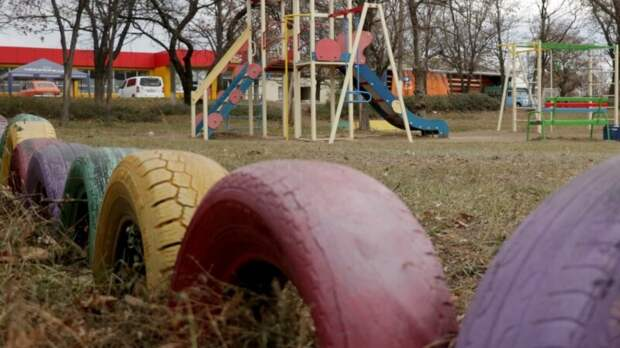 СК начал проверку после того, как петербурженка пыталась выгнать детей с особенностями с детской площадки