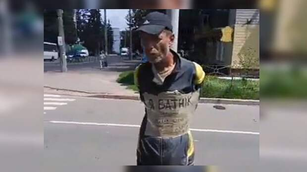 За желание уехать в Россию украинца привязали к столбу и повесили на него табличку