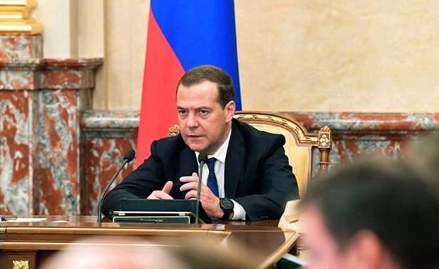 Правительство Медведева снова срывает майские указы Путина