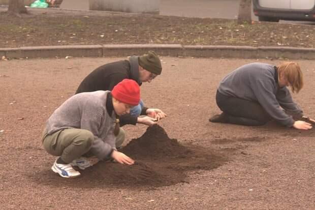 В Санкт-Петербурге феминистки из Минска ели землю