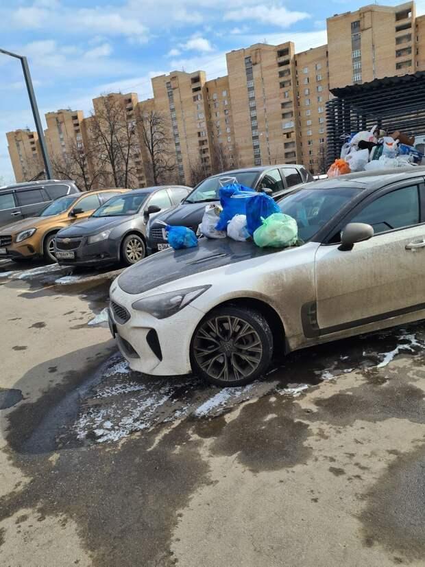 Припаркованную у помойки в Отрадном машину закидали мусором