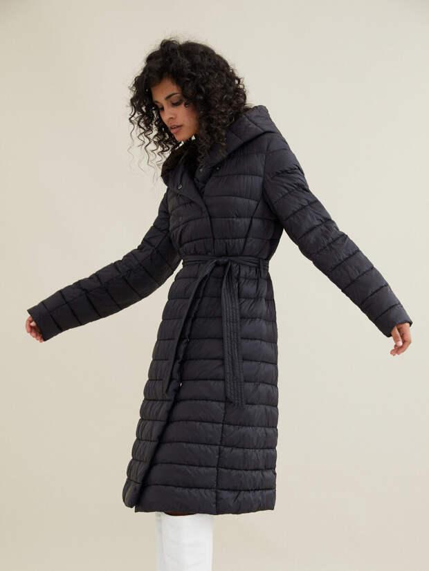 Теплое стеганое пальто на девушке. /Фото: cdn1.ozone.ru