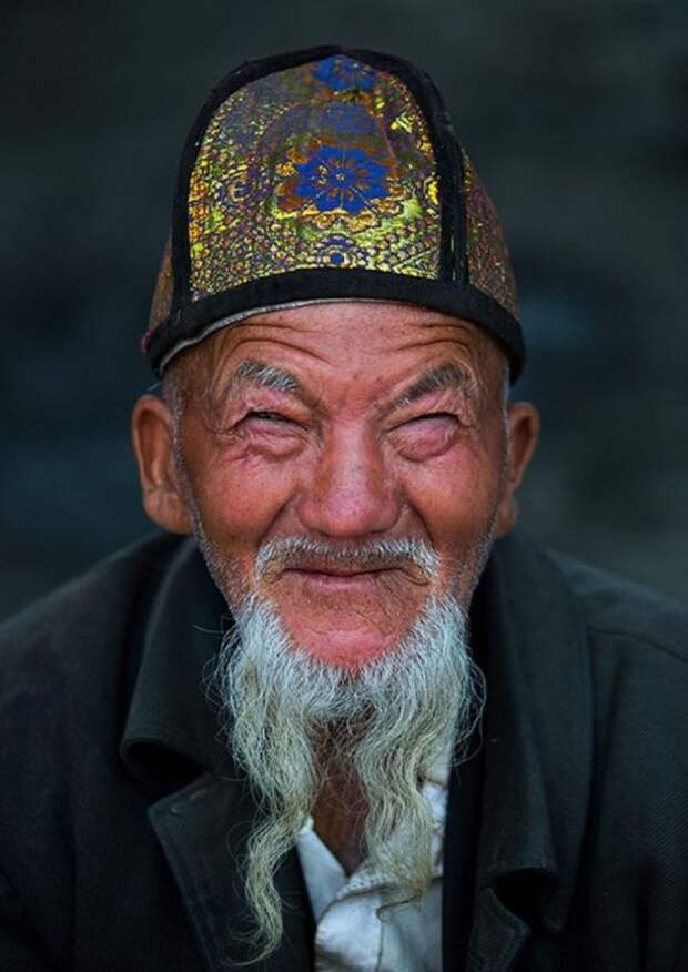 Китайский мужчина с бородой