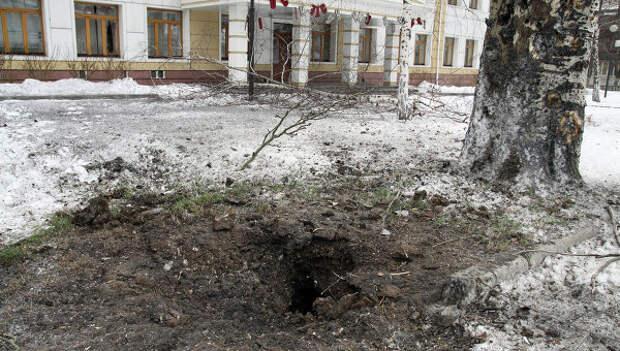 Воронка артиллерийского снаряда на одной из улиц Донецка