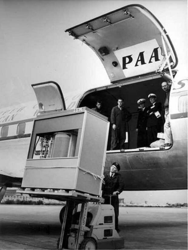 Жесткий диск при погрузке в самолет в 1956 году. /Фото: k33.kn3.net