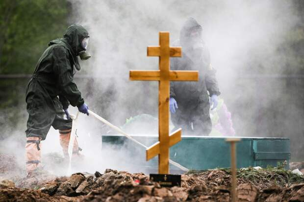 Похороны умерших после заражения коронавирусом на Бутовском кладбище в Москве.