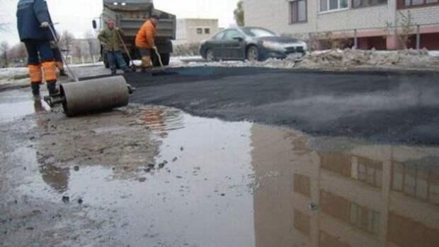 Севастопольцы высмеяли укладчиков асфальта за работу в ливень (ФОТО)