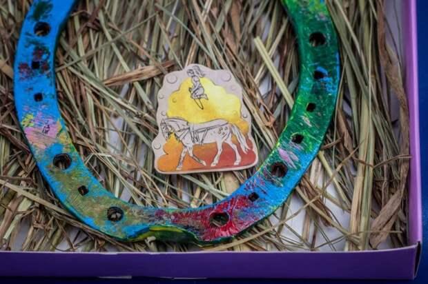 Конь из цирка на Фестивальной рисует картины на подковах