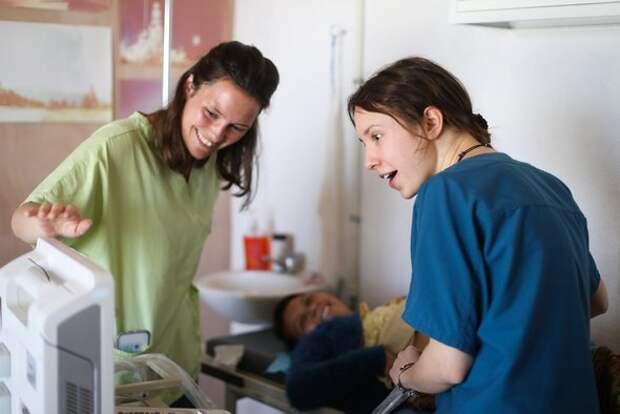 Мелиса Коррейа, волонтер-медик, делает УЗИ пациентке.