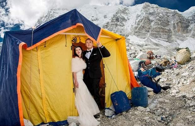 Они проехали тысячи километров, чтобы пожениться на горе Эверест