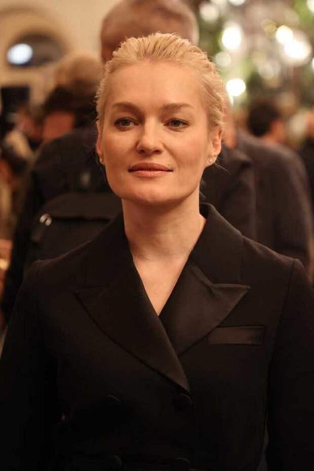 Дочь Ренаты Литвиновой c очень опасным декольте и Собчак не отстает: открытие «Художественного»