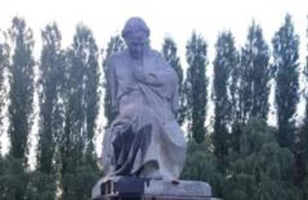 В Берлине вандалы осквернили памятник «Скорбящая мать»