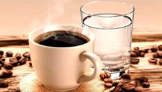 Почему кофе запивают водой: не прихоть, а необходимость