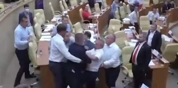 Российские депутаты подрались из-за «голубков». ВИДЕО