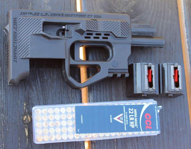 Пистолет Zip 22 и патроны калибра .22 LR к нему. Фото: guns.com
