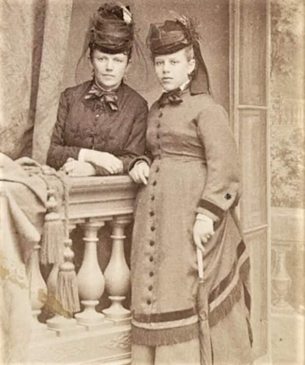 Александра Ильинична Давыдова со старшей дочерью Таней.