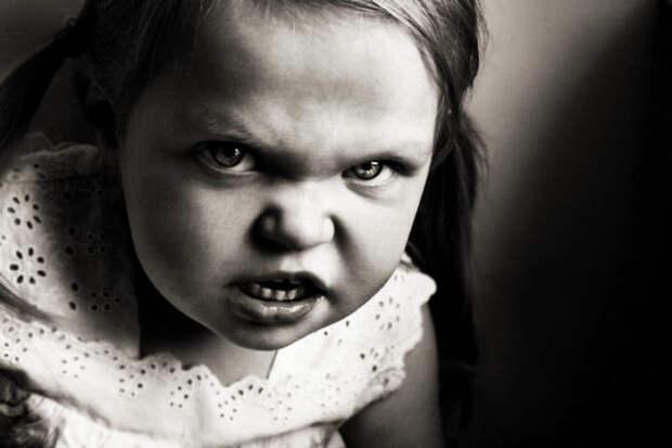 Злая девочка,требующая деньги.