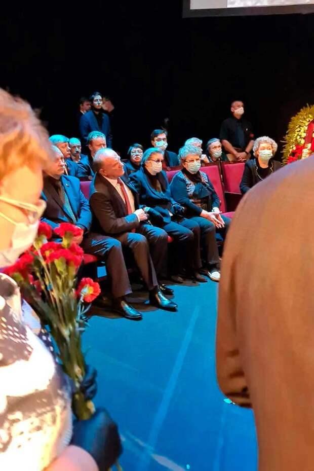 Зюганов поддерживал черную от горя Болотову у гроба Губенко