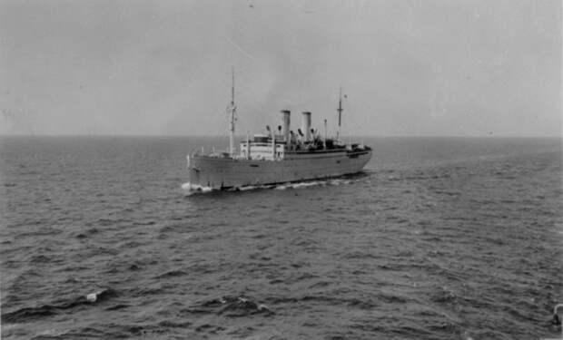 Лайнер «Штойбен» в море, начало 1940-х