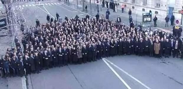 Eine TV-Perspektive zeigt, dass der Trauermarsch der Politiker in Paris auf einer leeren Nebenstraße stattgefunden hat. (Foto: Twitter)