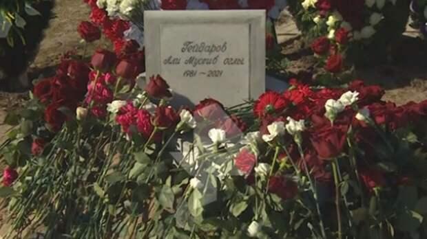 Появилось видео с заваленной цветами могилой Алика Рыжего