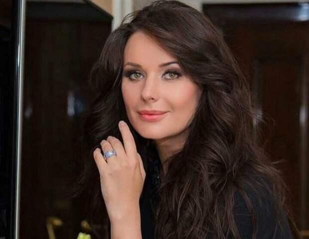 Слишком красивые изгибы — Оксана Федорова взбудоражила поклонников снимком в мокрой рубашке
