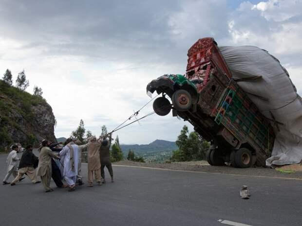 Редкие кадры: приручение дикого грузовичка-автобуса грузовик, грузовики, камаз, прикол, тягач, юмор