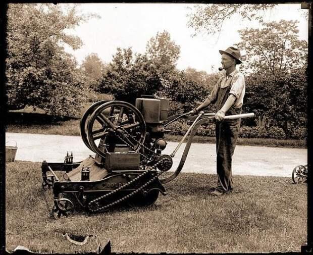 Бензиновая газонокосилка в Ботаническом саду в Миссури, 1918 год. /Фото: outdoorking.com