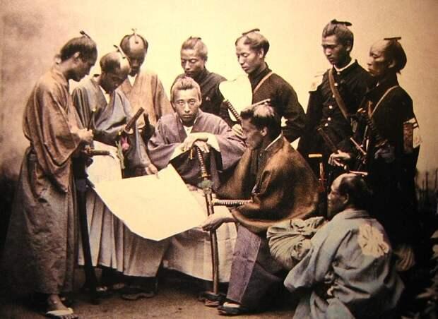 Самураи, судя по пасмурному виду, читают указ Мацухито о запрете своего сословия