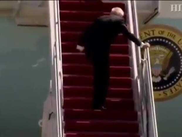 Поднимаясь на самолет, Байден дважды оступился и упал