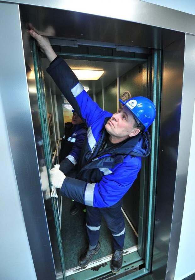 Лифт в доме на проезде Русанова удалось спустить на землю