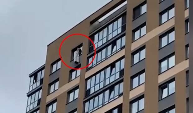 Из-запожара 11-летняя девочка выбралась накарниз на17 этаже вЕкатеринбурге