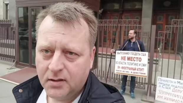 Вадим Гончарук. За ним с плакатом Дмитрий Соболев. У Госдумы
