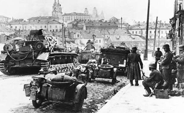 На фото: немецкие войска вступают в оккупированный Минск, 1941 год