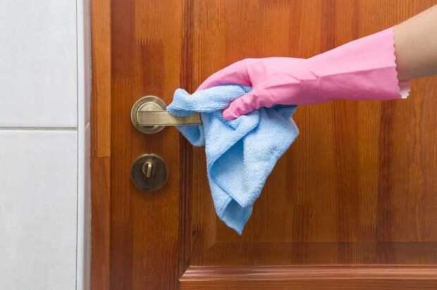 Дверные ручки можно почистить луковой пастой. /Фото: winstyle.by