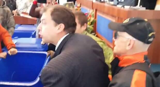 """""""Евролюстрация"""" в Черкассах: очередных украинских чиновников засунули в мусорные баки"""
