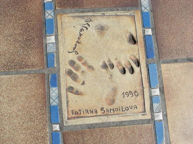 Памятный отпечаток рук Т. Самойловой на площади у Дворца фестивалей и конгрессов в Каннах. Фото: Википедия