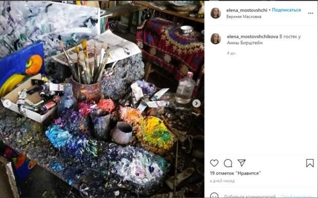 Фото дня: стол художницы на Верхней Масловке
