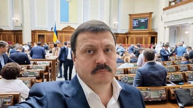 Санкции против украинского депутата Деркача одинаково выгодны и Трампу, и Байдену