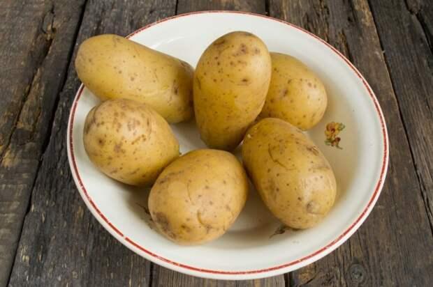 Моем и отвариваем картофель в кожуре