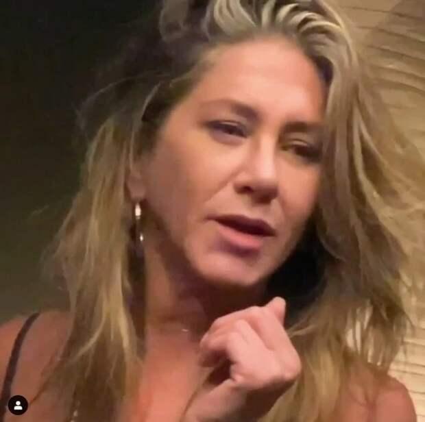 Дженнифер Энистон нецензурно выругалась ипоказала неприличный жест, играя вбильярд сКортни Кокс