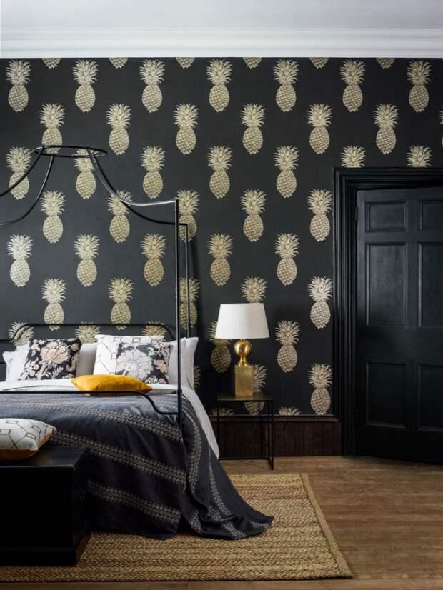 Кованая кровать в темной спальне