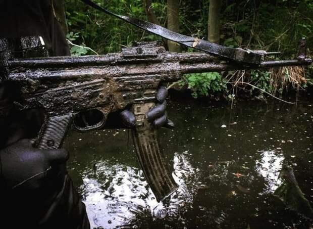 Немецкий сталкер кинул в реку магнит и достал артефакт Второй мировой войны