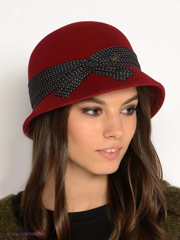 Изящная шляпка бордового цвета