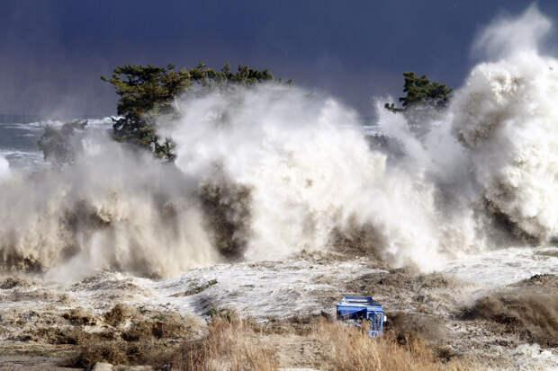 Волны цунами обрушились на побережье Минамисомы в префектуре Фукусима
