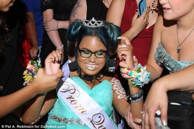 14-летнюю неизлечимо больную девочку выбрали королевой бала, исполняя ее последнее желание