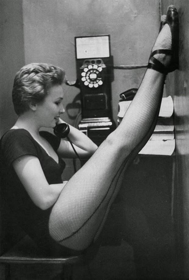 Танцовщица Мэри Эллен Терри разговаривает в телефонной будке, 1952 год.