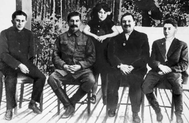 12 1938 год слева направо- Яков Сталин Иосиф Сталин Светлана Аллилуева Андреи Жданов Василии Сталин.jpg